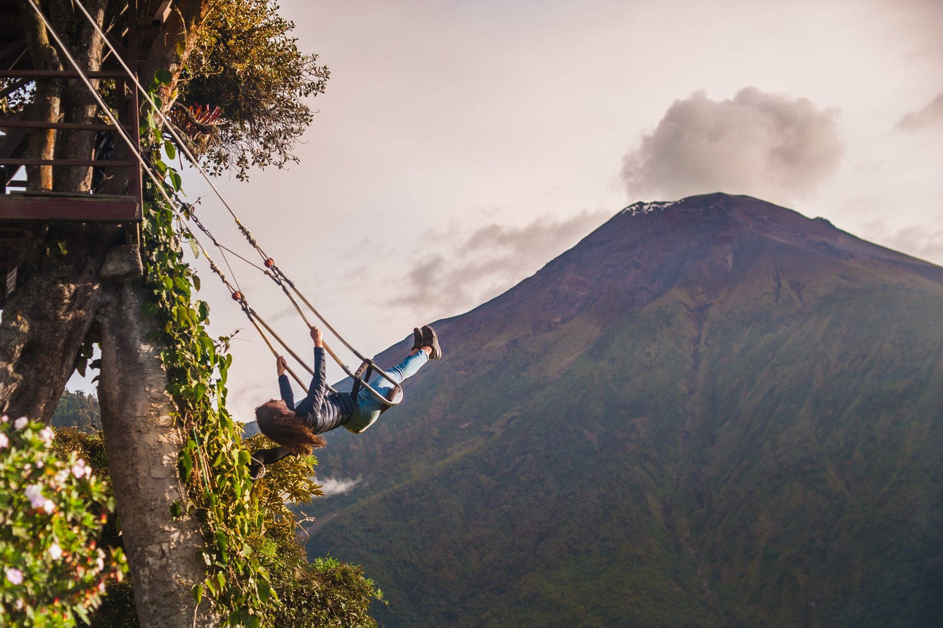 Do you know the Tree House and its swing with a view on the Tungurahua volcano? 🌋